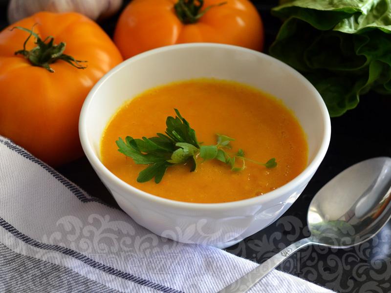 Złocista zupa-krem z pieczonych pomidorów